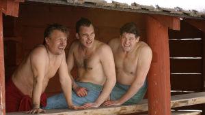 Kotikadun Arvo Jänis, Teemu ja Hannes Luotola viilentelevät saunan jälkeen.