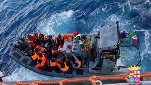 Italienska ksutbevakningens båt med räddade migranter ombord