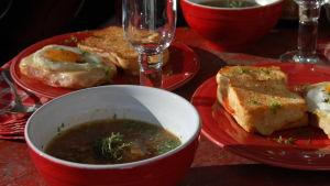 Portion med fransklöksoppa i en skål och bröd med ägg på ett fat