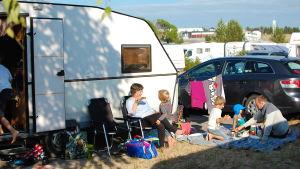 Picknick utanför husvagnen på Kalajoki camping.