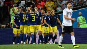 Sveriges spelare firar ledningsmålet mot Tyskland i VM 2018.