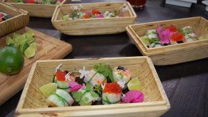 Portioner med Strömsös sushi klara för servering