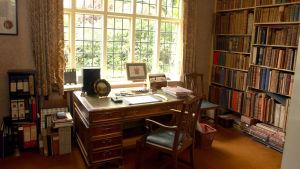 Tolkiens arbetsrum med skrivbord och bokhyllor.