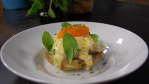 Portion med helstekt kronärtskockshjärta med sallad, pocherat ägg och sikromsås