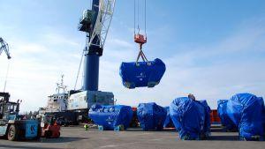 58 ton dieselmotor hänger i luften.