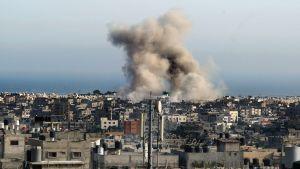 Rök stiger efter israelisk kommandoräd i Gaza den 12 juli.