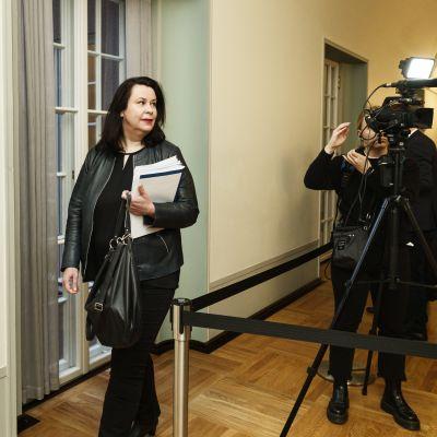 En kvinna framför en tv-kamera.