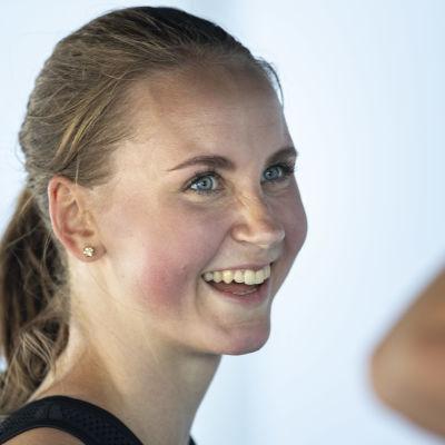 Viivi Lehikoinen skrattar med konkurrenter.