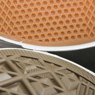 Kahden erilaiset lättäpohjaisen kengän pohjat