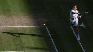 Henri Kontinen slår bollen.