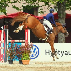 Ääneseudun ratsastajats Minna Hannula med hästen Destiny hoppar över ett hinder.