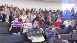 Protester mot finansminister Alexander Stubb (Saml) på Tammerfors universitet.