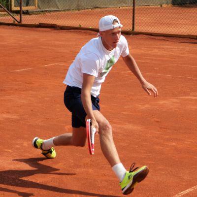 Leo Borg spelar tennis.
