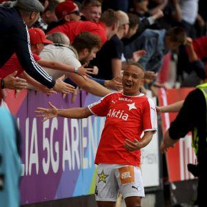 Erikson Carlos jublar med publiken.
