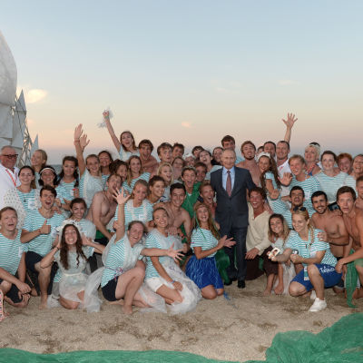 Ryssland president Vladimir Putin poserar på en strand med ungdomar på Krimhalvön.