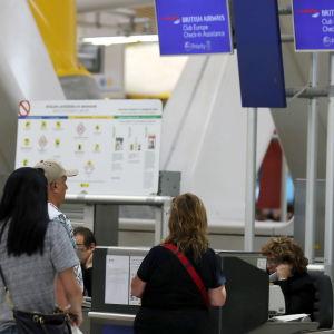 Passagerare väntar på att få checka in på British Airways-flyg.