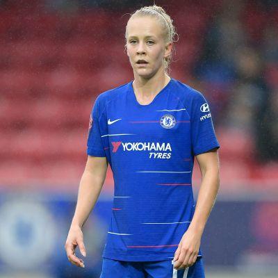 Fotbollsspelaren Adelina Engman i matchdress.