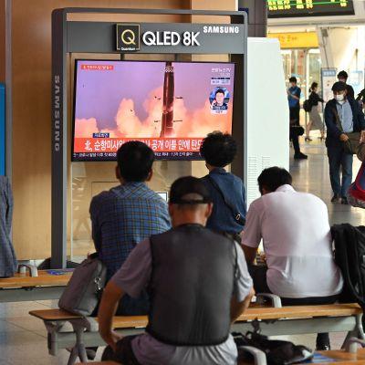 Människor på en järnvägsstation i Seoul följde med nyheterna om den senaste nordkoreanska provskjutningen på onsdag morgon.