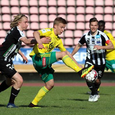 Spelare från VPS och Ilves kämpar om bollen.