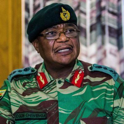 """Zimbabwes arméchef general Constantino Chiwenga varnade på måndagen för att armén kan tvingas agera om inte """"utrensningarna"""" inom det styrande partiet Zanu-PF upphör."""