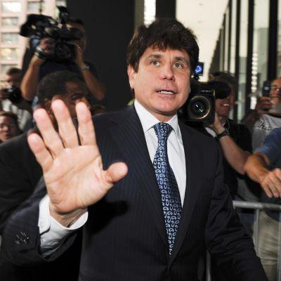 Rod Blagojevich håller upp hand mot kamera.