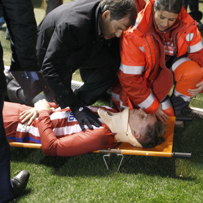 Fernando Torres ligger på bår