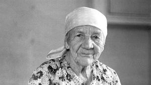 Huivipäinen vanha nainen. Vanhus. Isoäiti, mummo.