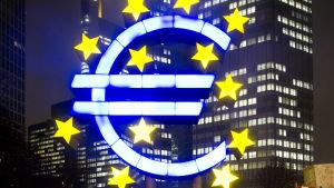 Eurosymbolen avspeglas i vatten utanför ECB-byggnaden