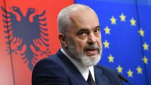 Socialistpartiets ledare, premiärminister Edi Rama som hoppas på en tredje mandatperiod har lovat att genomföra reformer som krävs för ett EU-medlemskap.
