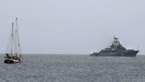 Den ryska jagaren Ladnij utanför ön Sal i Kap Verde