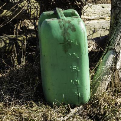 en grön bränslekanister
