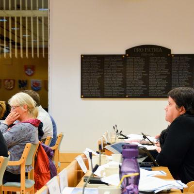 Fullmäktigeledamöter i Pargas fullmäktigesal.