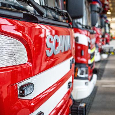 Paloautoja paloasemalla.