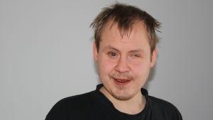 Johan Sundholm har en medfödd synskada