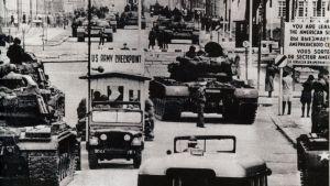 Stridsvagnar vid Checkpoint Charlie i Berlin 1961.