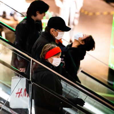 Ihmisiä liukuportaissa Mall of Triplassa, Helsingissä.