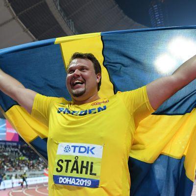 Daniel Ståhl jublar med den svenska flaggan.
