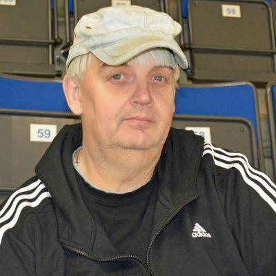 Seuratyöntekijä Esa Sirviö Kajaanin jäähallin katsomossa.