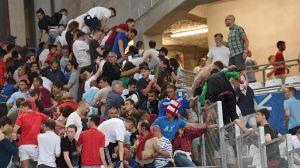 Engelska fans flyr fotbollsläktaren i Marseille efter att ryska fans stormat en del av läktaren.