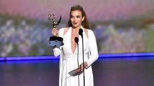 """Jodie Comer håller tacktal efter att hon fått ta emot priset """"bästa kvinnliga huvudroll i en dramaserie"""" på Emmygalan 2019."""