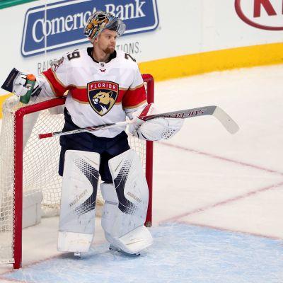 Florida Panthers NHL-målvakt Harri Säteri dricker vatten under spelavbrott.