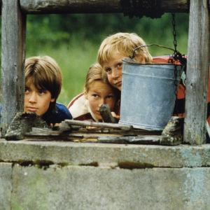 Vesa-Pekka Mäkinen (Roope), Maria Larpo (Ellen) ja Riku Suokas (Pepe) draamasarjassa Kuka uskoo haikaraa (1983).