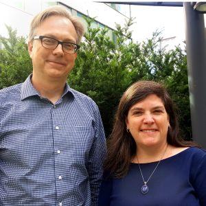 Representanter för Democrats abroad Finland, Derek Sellin och Tracy Dolan