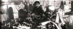 Alfons Alm isänsä haudalla 10-vuotiaana.