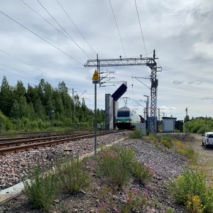 Juna saapuu Vainikkalan rajanylityspaikan läpivalaisuun.