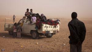 Migranter från Mali i ett ökenlandskap efter att de flytt Sirte, Libyen i september 2011