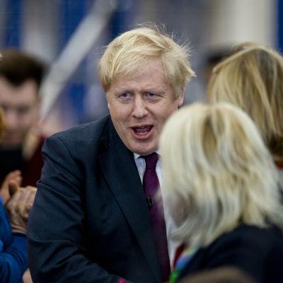 Premiärminister Boris Johnson omringad av anhängare.