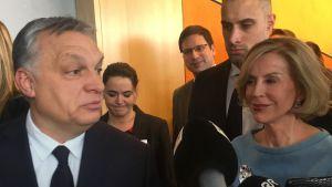 Viktor Orban omringad av press utanför EPP:s grupprum i Bryssel.