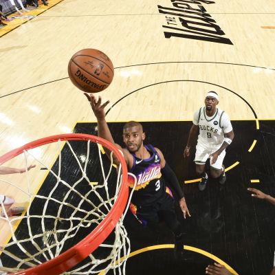 Chris Paul ujuttaa pallon koriin.