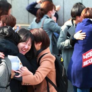 Sydkoreanska kvinnor jublar utanför grundlagsdomstolen efter att domstolen beslutat häva abortförbudet.